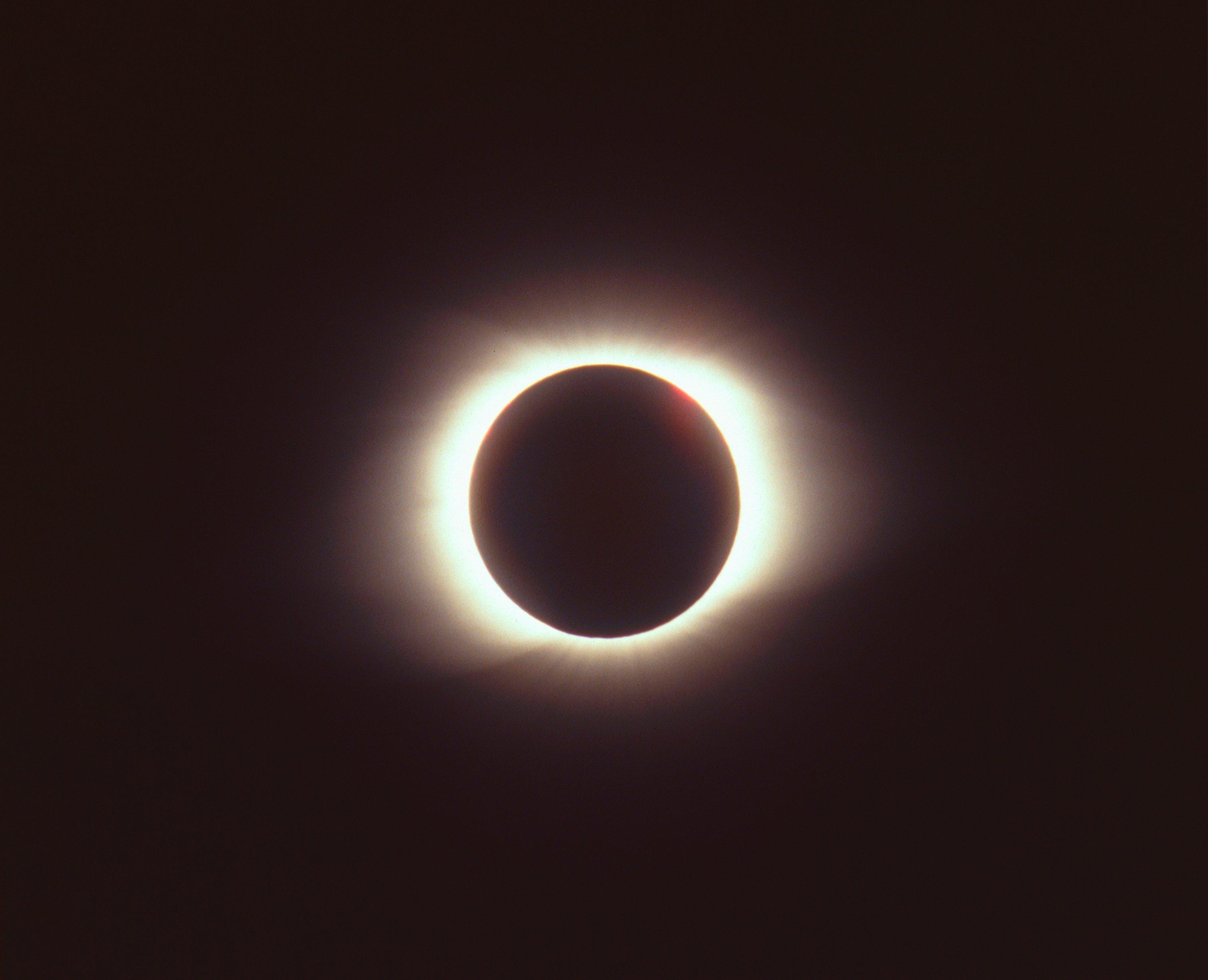Total_solar_eclipse_.jpg